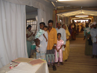 Persone in fila per visita - Kinniya per la Vita Onlus