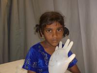 Bambina durante una visita - Kinniya per la Vita Onlus