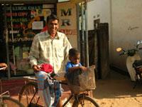 Padre con figlio in bicicletta - Kinniya per la Vita Onlus