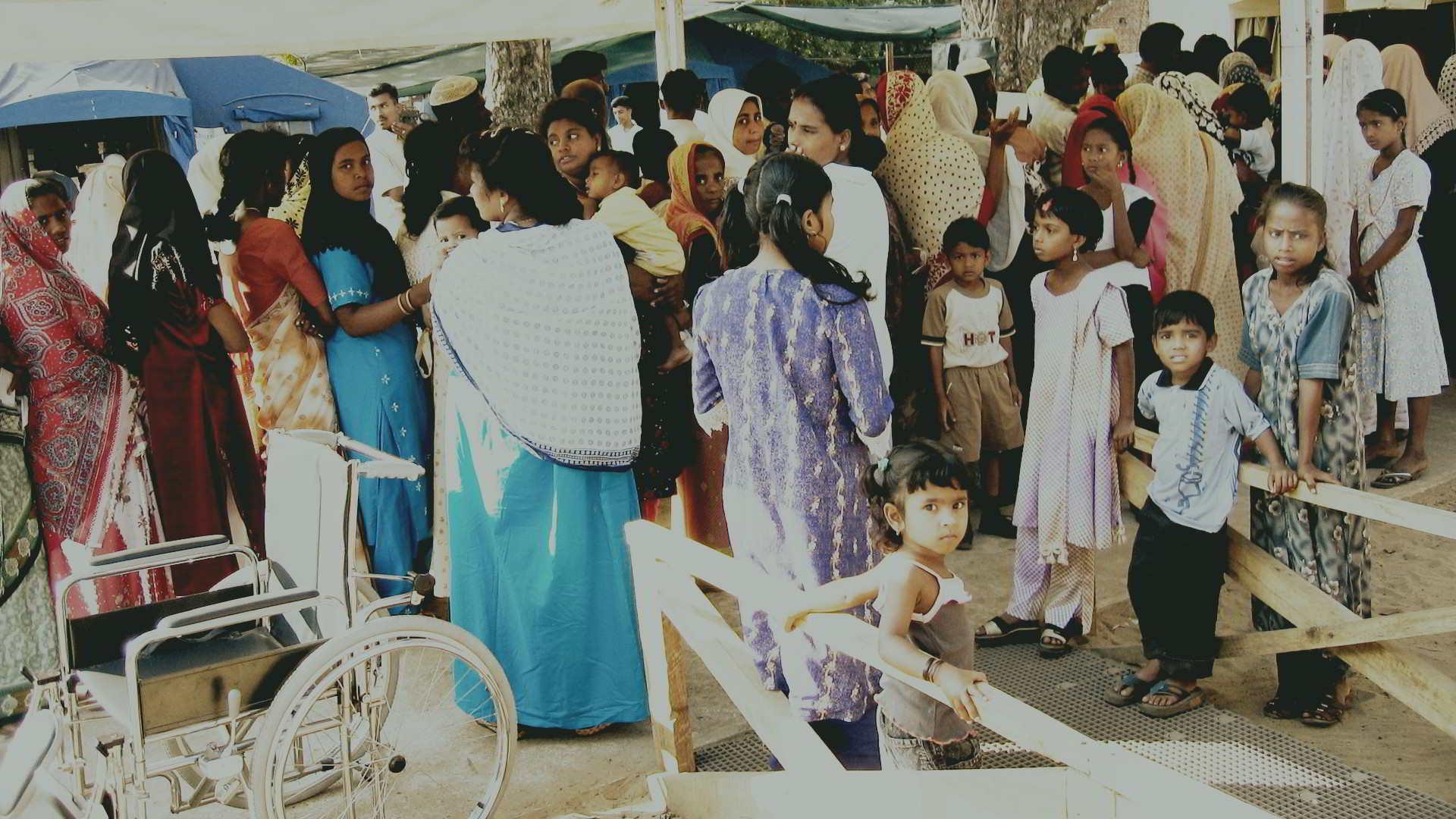 Persone in fila per farsi visitare - Kinniya per la Vita Onlus