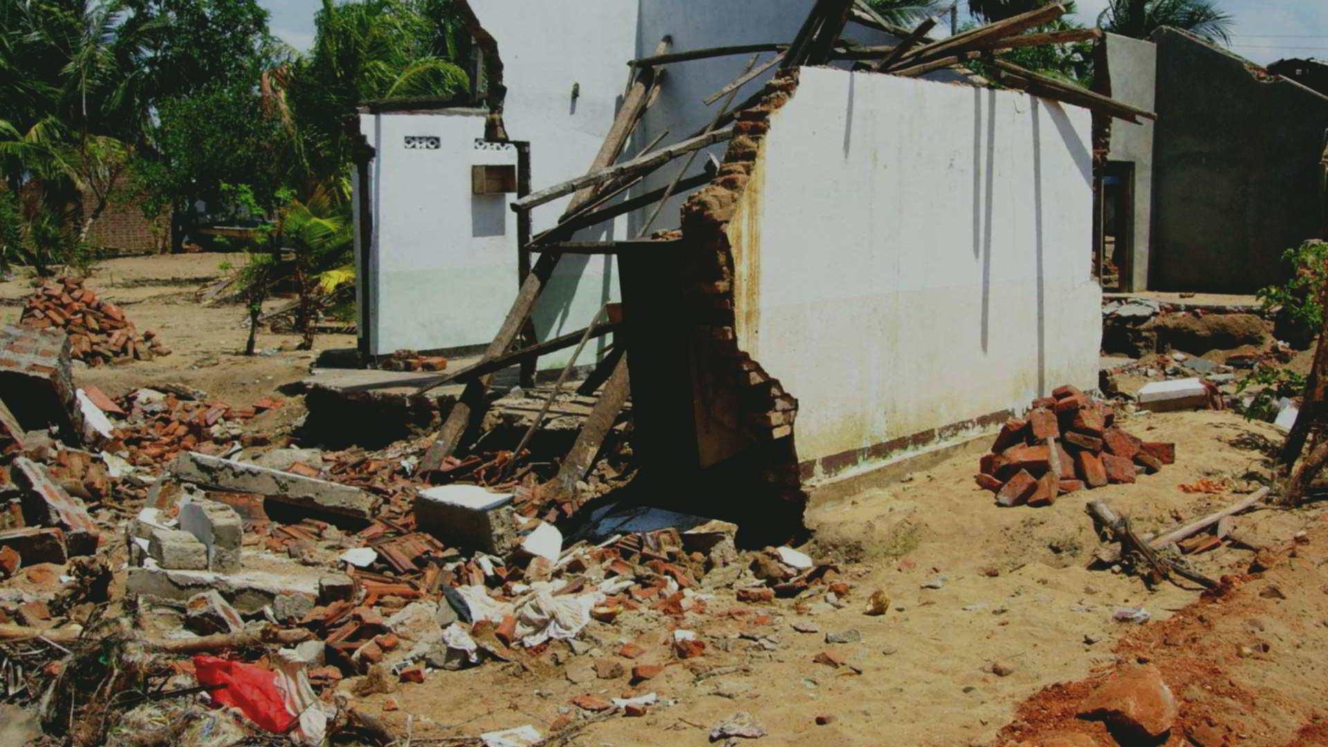 Edifici crollati e detriti - Kinniya - Tsunami 2004 - Kinniya per la Vita Onlus